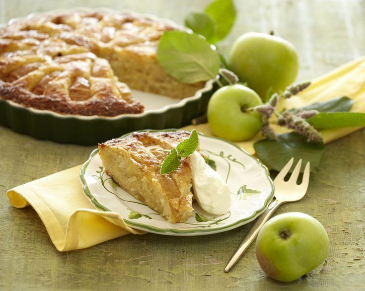 Lækker kage med æbler, marcipan, mandler og rørsukker.