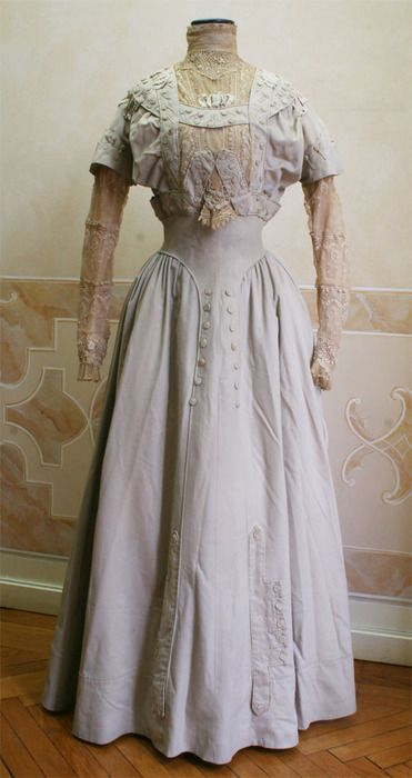 A beautifully designed 1909 day dress.