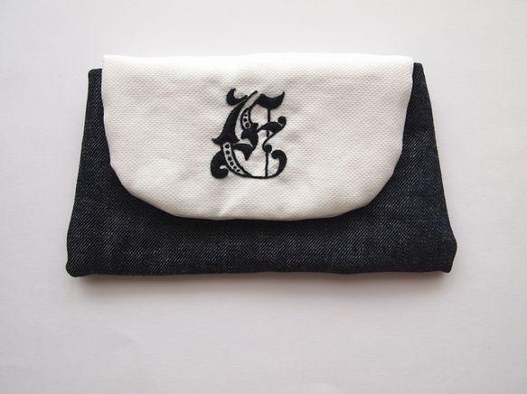 ふたのところに刺繍をしました。濃紺の生地はデニムです。ふたを開けたところにはフランスアンティークのスタンプを押したものを付けています。サイズ:約w(上辺17,...|ハンドメイド、手作り、手仕事品の通販・販売・購入ならCreema。