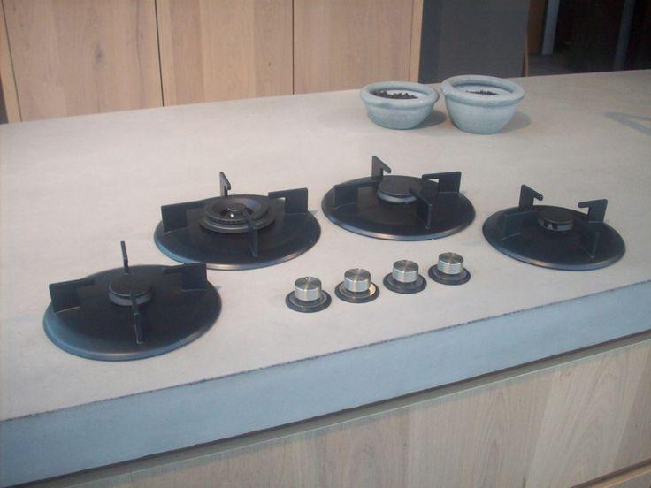 I-cooking of Pitt cooking in betonnen werkblad verwerkt