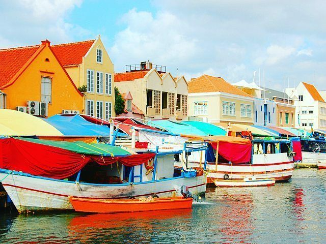 @Regrann from @turistukeando -  Curazao está de 2x1 hasta el 30 de noviembre en boletos aéreos. Esta isla es un destino de vacaciones muy popular durante todo el año por su clima siempre es verano allí. Pero no todo es eso Willemstand en Curaçao es Patrimonio mundial de la Unesco. También es sede de increibles eventos musicales y puedes descubrir las profundidades del mar en su mini-submarino el Curasub hasta profundidades inalcanzables para buzos.  Sin duda uno de los más espectaculares del…