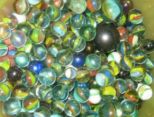 Marmorikuulat; mieluusti vähän erikoisemman väriset kuin nuo perus-kirkas-sini-vihreä-kukertavat ;)