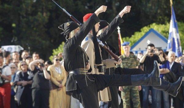 Το δικό της τρόπο για να τιμήσει την επέτειο της ποντιακής γενοκτονίας βρήκε η Προεδρική Φρουρά. Το περασμένο Σάββατο, ημέρα μνήμης για τον Ποντιακό Ελληνισμό, οι… εύζωνες, αντί για την παράδοση φουστανέλα, εμφανίστηκαν στον Άγνωστο Στρατιώτη με τις μαύρες ποντιακές φορεσιές!