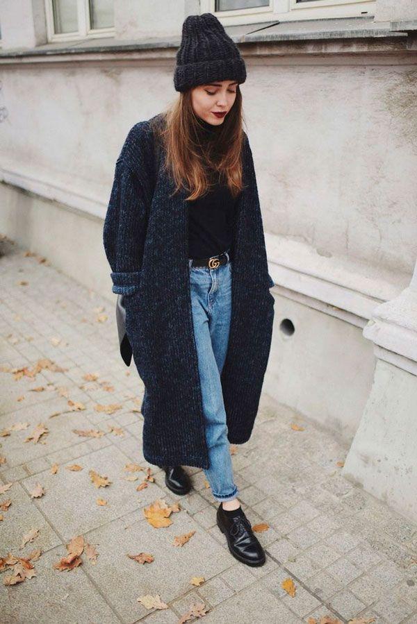 Touca + cardigan (cor, textura, tamanho) + mom jeans + charme do cinto preto + barra da calça sutilmente dobrada
