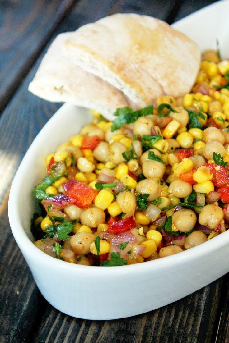 Индийский салат с нутом и кукурузой