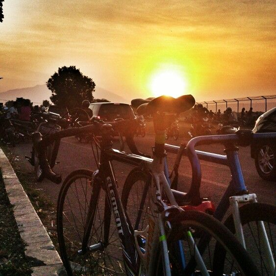 Bike to explore // helloo sunseat  #fixie #eveningtime #sunset #explore