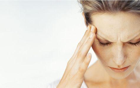 Sonne sorgt oft für Kopfschmerzen. Mit diesen Tipps kommt ihr schmerzfrei durch die Hitze.
