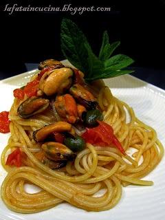 Spaghetti cozze datterini e frutti di cappero. Un primo delizioso e dai sapori mediterranei.