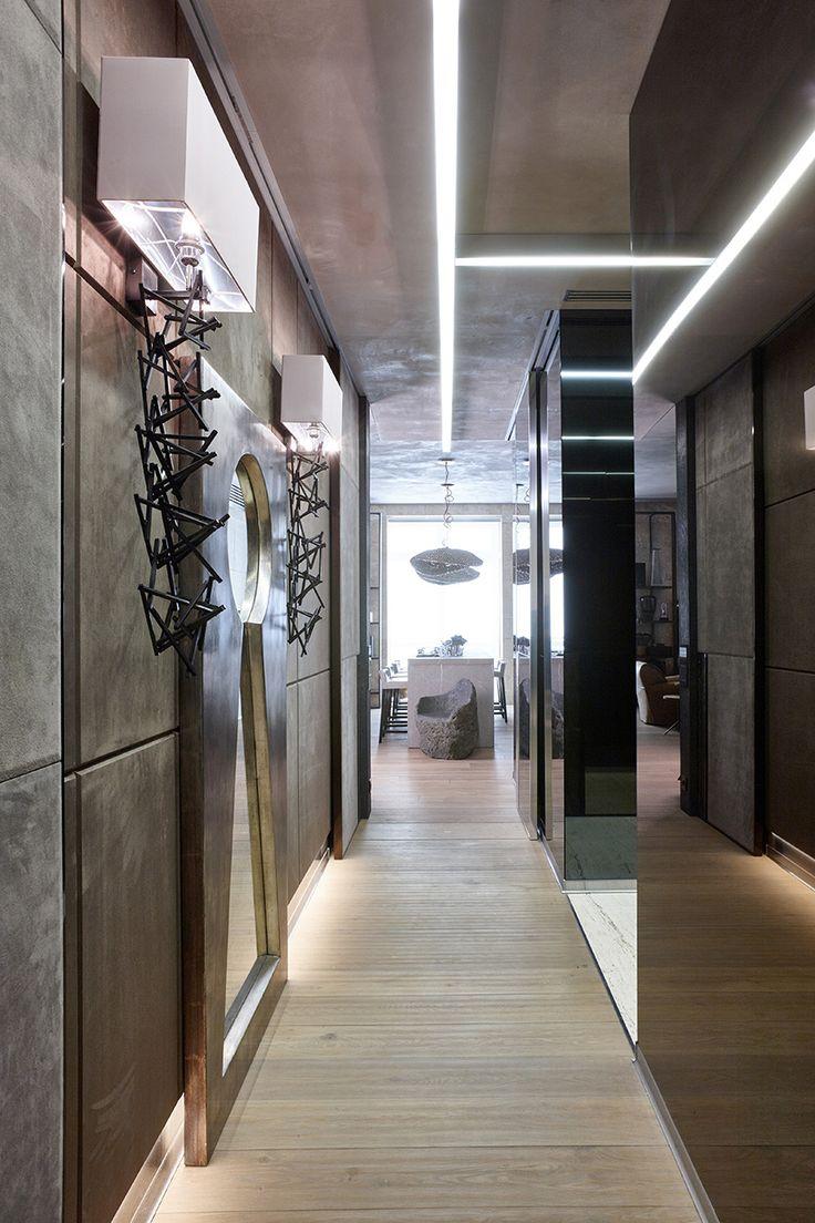 Коридор. Двери Longhi на стенах облицованных зеркалами. На стене с панелями, двери в искусственной замше. Потолок в декоративной штукатурке имитирующей бетон. На полу дубовая доска с волнообразным рельефом. Бра и зеркало Sigma. Каменное кресло.