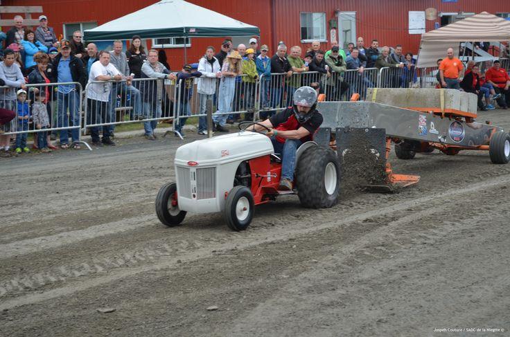 Festival de la fenaison 2015, les 17, 18 et 19 juillet, Tire de tracteurs à gazon modifiés et non modifiés