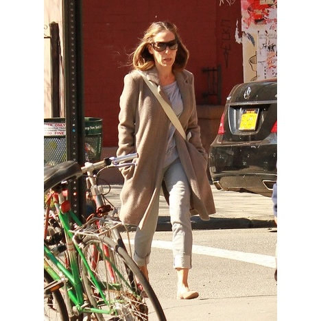 Sarah Jessica Parker strolled through her neighborhood in NYC on Monday.