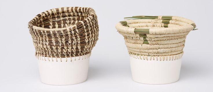 Eneida Tavares combineerde in haar collectie, met de naam Caruma, Angolese mandenvlechtkunst met traditioneel aardewerk. Het resultaat is verbluffend mooi, een collectie bijzondere vazen en potten.