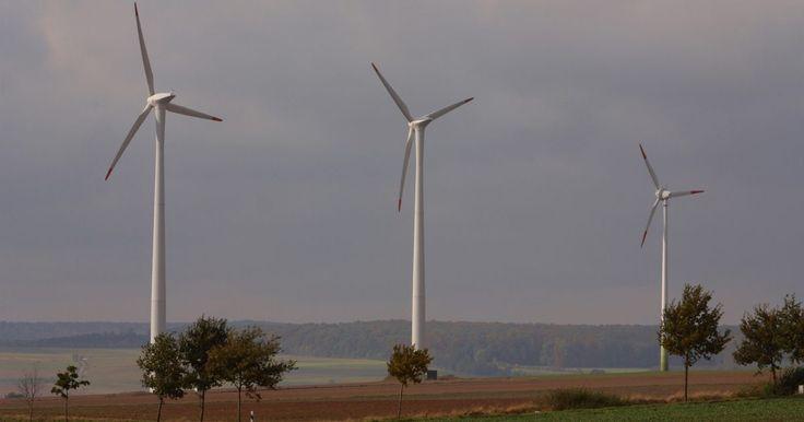Fuentes de energía alternativas. A medida que cambia el clima de la Tierra, la política de combustibles está comenzando a seguir el ejemplo. El deseo por parte del sector empresarial de una fuente de combustible renovable ha traído un crecimiento en las nuevas tecnologías y el descubrimiento de fuentes de energía alternativas y sustentables. El aumento de los costes energéticos y ...