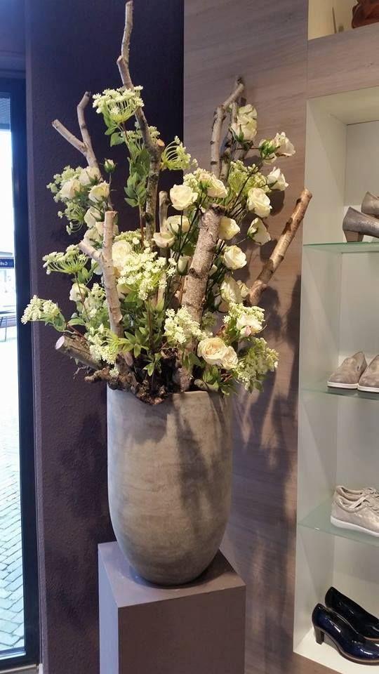 Decoratie met berkenstammen en witte bloemen. www.decoratiestyling.nl