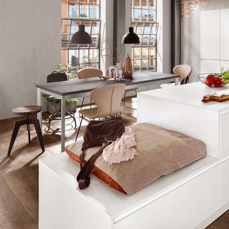 Ein bunter Stuhlmix, Industrielampen und Lederkissen verwandeln jede Küche in eine Industrial Style Küche
