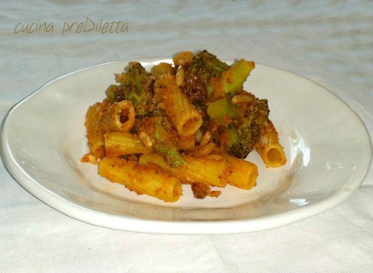Pasta con broccoli e pangrattato, con l' aggiunta di pinoli, acciughe, uvetta, zafferano e passata di pomodoro. La ricetta che vi propongo oggi è un primo..