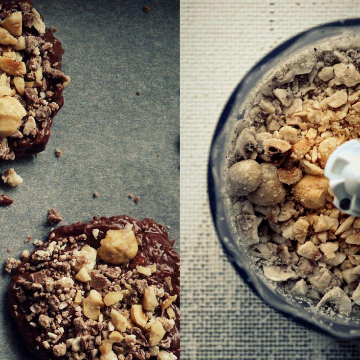 Triple chocolate and hazelnuts cookies. Biscotti fondenti al triplo cioccolato e nocciole.