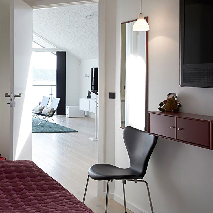 Udsigt fra soveværelset. Bemærk loft i kip og gennemført gulvbelægning uden dørtrin. De faktiske m2 synes større når man oplever rum fornemmelsen.