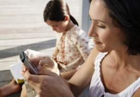 Γιατί οι γονείς δεν πρέπει να κοιτούν συνέχεια το κινητό τους μπροστά στα παιδιά   Health View