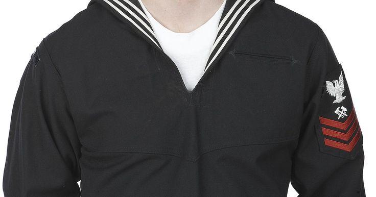 Tipos de uniforme de Marina. Los uniformes de la marina son reconocibles en todo el mundo. Aunque presentan pequeñas diferencias de país a país, casi todos conservan características similares. Hay varios tipos de uniforme, según la jerarquía y la ocasión, pero todos tienen en común aspectos como el color y algunas insignias. Como dato curioso, se dice que las rayas en la ropa ...