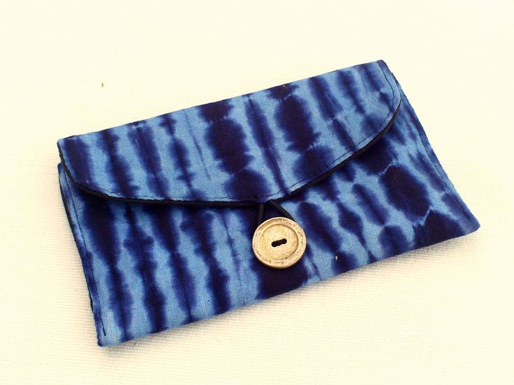 Tie & Dye - Pochette, étui à lunettes ou blague à tabac en bazin bleu teinté tie and dye avec bouton argenté, pochette ethnique, africain de la boutique DLFine sur Etsy