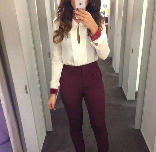 Combinación de un pantalón color VINO