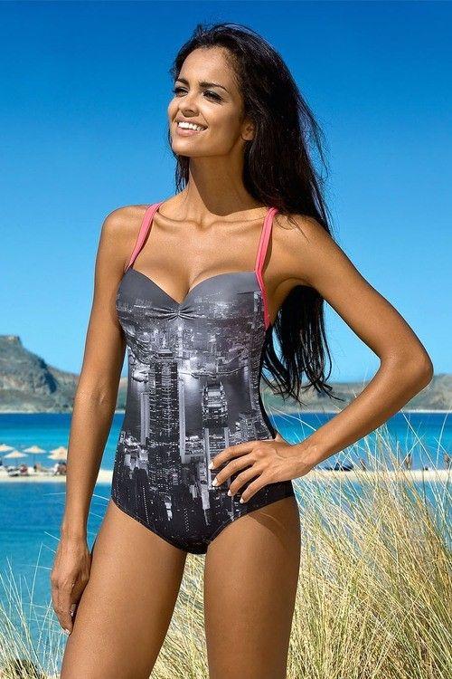Originální jednodílné plavky Felicity značky Lorin se zajímavým potiskem velkoměsta a kontrastně barevnými růžovými ramínky. Plavky mají vyztužený horní díl, který zpevňují kostice.