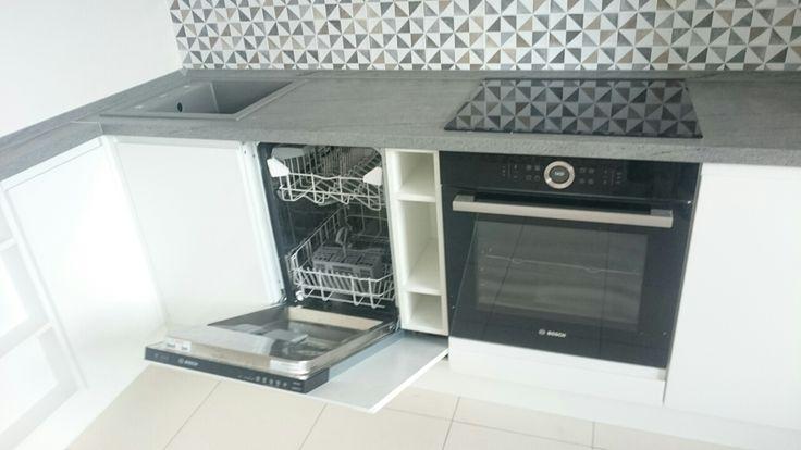 Посудомоечная машина шириной 45 см и полки для хранения моющих средств 15 см за единым широким фасадом.