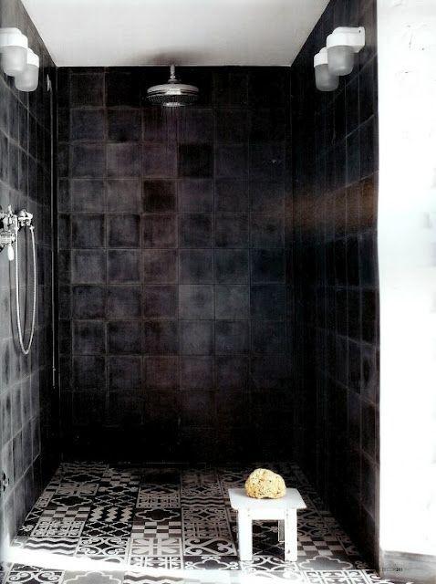 Salle de bain graphique en noir et blanc/ Zelliges noire et sol en ciment par Paola Navone