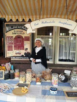 Oud Hollandse Snoepkraam huren Proef de sfeer en het snoep van het nostalgische snoepwinkeltje waar u zelf, uw ouders of uw grootouders naar toe gingen. Herinneringen en smaken van vroeger ophalen.  https://www.funenpartymatch.nl/snoepkraam.php