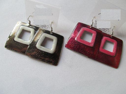 Szögletes fém fülbevaló, nagyon mutatós, hogy a belső rész színe eltérő, a függő kb. 5 cm-es. 550,- Ft/pár