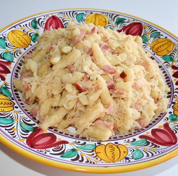 Strapačky (halušky zo zemiakového cesta) s kyslou kapustou a slaninkou, alebo údeným mäsom sú veľmi sýtym, energeticky výdatným slovenským národným jedlom. Zahrejú a zasýtia, s takto dobre plným bruškom je deň hneď krajší :) Rozpis v recepte je na 4 porcie.