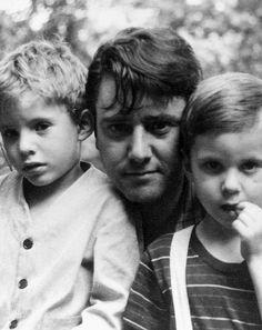 Roberto Matta y sus hijos los gemelos, Gordon y Batan.