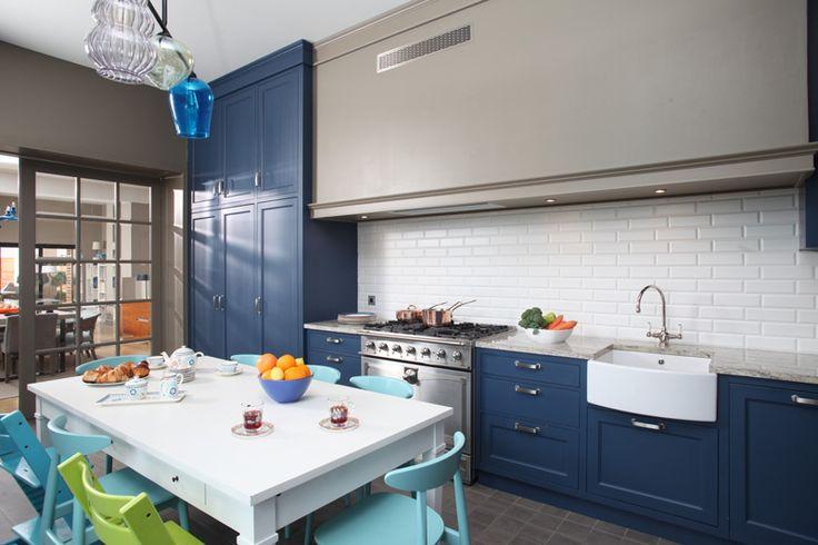 Bucătărie modernă, albastră, corpuri depozitare | Revista Casa Lux