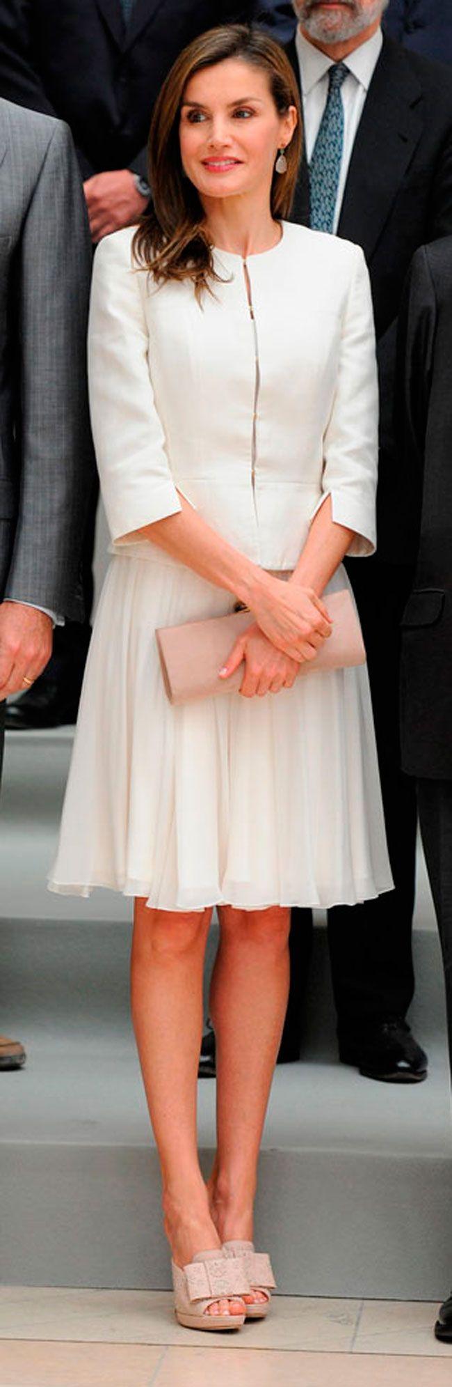 La Reina atesora un sinfín de faldas, muchas de ellas de color blanco. Ideales para el verano, frescas y elegantes, repasamos el arsenal de su vestidor.