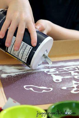Dessiner une image avec de la colle, saupoudrer de sel, tremper un pinceau dans l'eau + colorant alimentaire et toucher le sel ... les enfants seront fascinés. Pour en voir plus ( sur l'effet) une petite vidéo ici: https://www.youtube.com/watch?v=56cZQZXXJCk