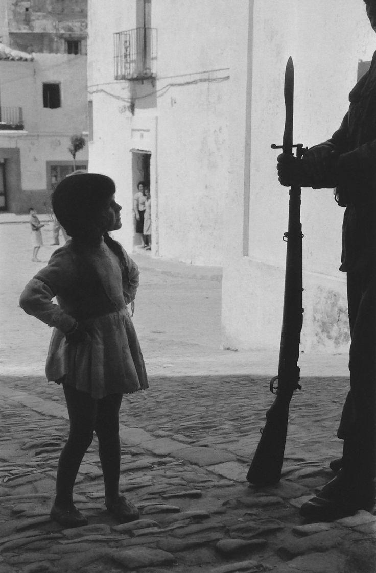 #Fotografía Francesc Català Roca @Qomomolo   . España. Su fotografía se caracterizó por la búsqueda de puntos de vista originales y por buscar siempre el ambiente humano.