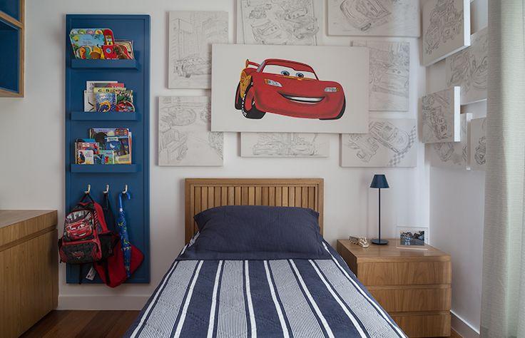 Nesse quarto com pouco espaço, houve um cuidado extra com os móveis . Repare no lindo criado-mudo e no detalhe da cabeceira da cama, lindos,não é mesmo?| Armário, cama e criado-mudo: Quartos & Etc.