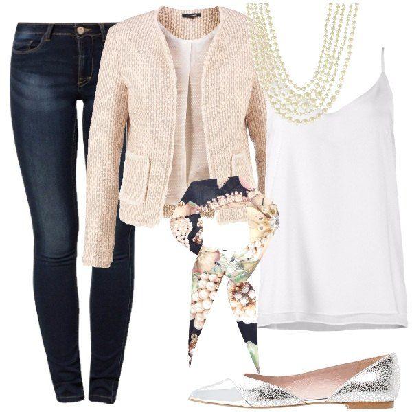 Un outfit che ripropone uno stile ben noto, pur se rivisitato, quello di Chanel, attraverso un jeans skinny al quale sovrapporre un morbido top con spalline sottili, bianco, una giacca rosa cipria, un foulard, lunghi giri di perle e ballerine color argento.
