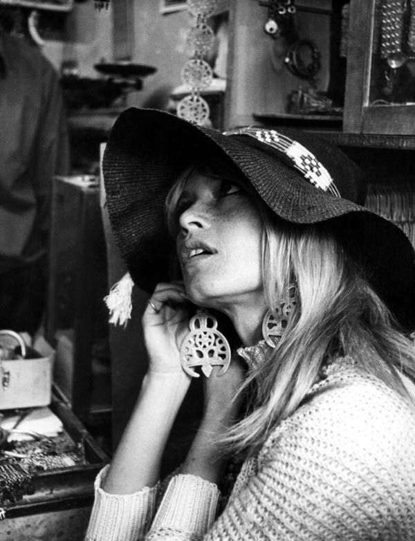 Brigitte Bardot such a beauty, I love her style..floppy hats , big sunglasses & earrings.
