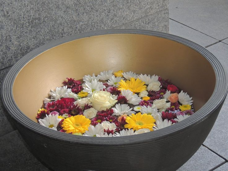 Lago de flores. Contáctanos para cotizar tu boda clientes@lapetala.com.  2159030 Bogotá.