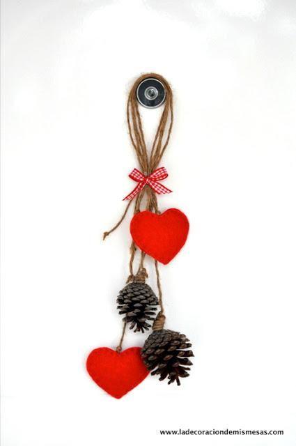Idea navideña de adorno de puerta con piñas