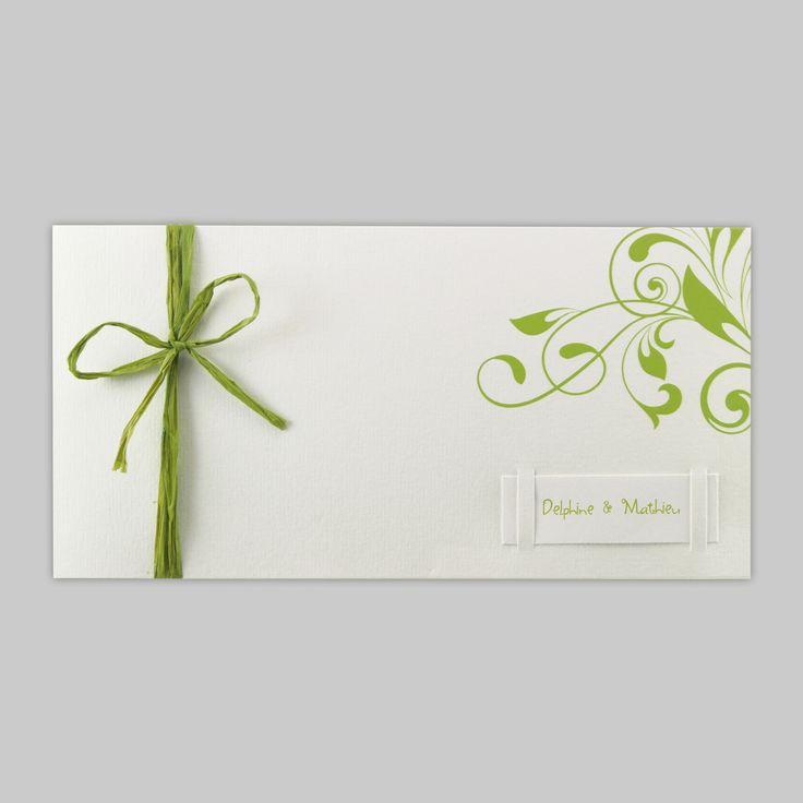 Faire-part de mariage blanc avec quelques rappels de vert (raphia et arabesques) sur papier fibreux