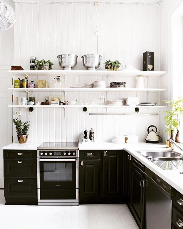 trenger du kjøkkeninspo? I nyeste Vakre Hjem og Interiør finner du flere bilder av mitt svart/hvite kjøkken. styling: @tonekrok foto: @wilhelmsenyvonne, takk @vakrehjemoginterior for reportasje#myhome #kitchens Reposted Via @inkognito_interior