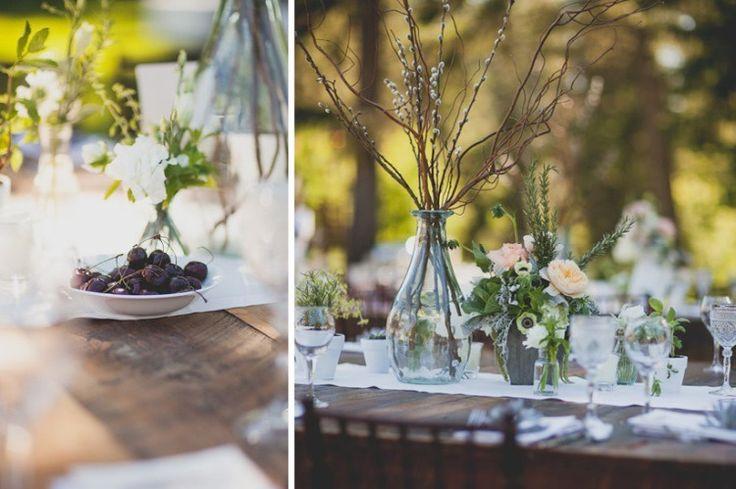 déco de mariage vintage - des arrangements d'anémones, pivoines et branches de saule de chat