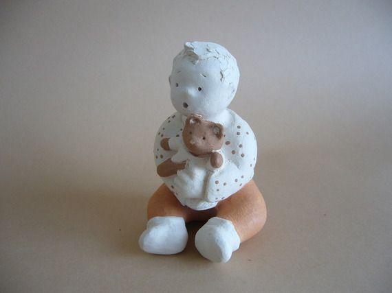 Petit garçon et son nounours, figurine en terre cuite cuite, petite sculpture (H : 9cm)