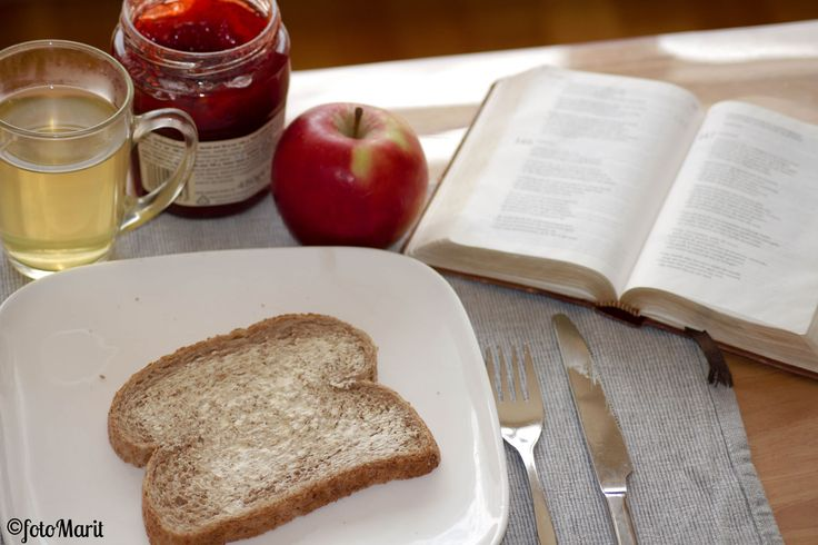 Alleen door God. 'Ik ben tegen alles bestand door Hem die mij kracht geeft.' (NBV) 'Ik vermag alle dingen in Hem, die mij kracht geeft.' (NBG-vert. 1951) Filippenzen 4:13