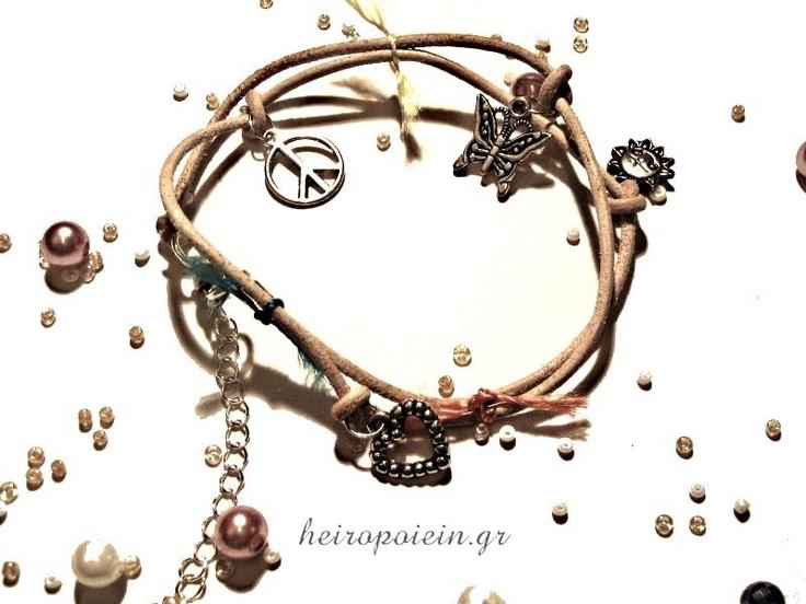 Χειροποίητο Βραχιόλι από δέρμα με γούρια και κλωστή  http://www.heiropoiein.gr/vrahiolia/vrahioli-5-detail.html