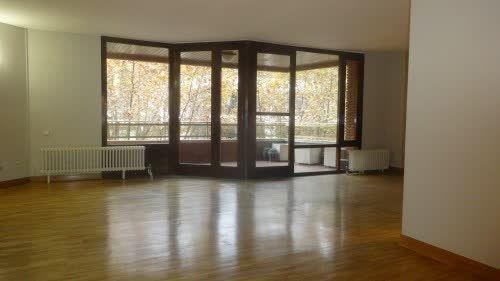 Piso en #alquiler en #PauAlcover    200 m2. Todo exterior. Alto. Terraza, cocina office, 4 dormitorios dobles con armarios empotrados, 2 baños, dormitorio de servicio con baño. 2 plazas de parking y gran trastero. Servicio de portería. Finca con buena presencia.    ☎ TC FLATS [934 145 236][info@tcflats.com][Copèrnic 44-bajos Barcelona 08021] http://qoo.ly/cywvx