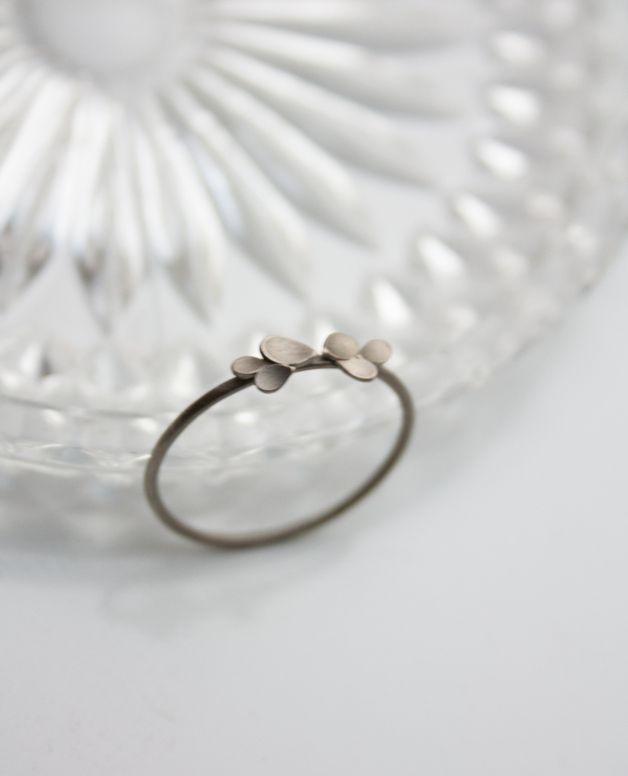 Zarter Verlobungsring aus Weißgold mit kleinen Bl…